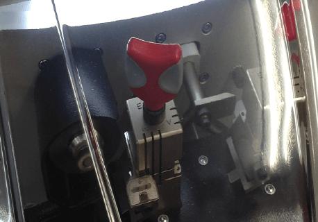 透明カバーとLED照明で安全作業
